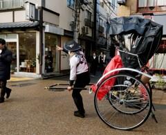 浅草寺新春風景 人力車が似合う街