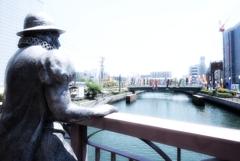 鯉を眺める南蛮人像
