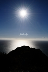 照り付ける太陽と銀色の海