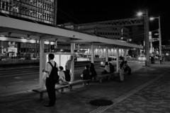 最終バスを待つ人たち