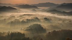 朝陽射す山地
