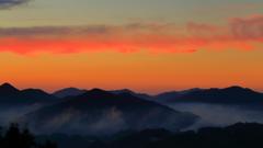 山間の朝焼け