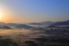 山間に棚引く朝霧