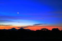 山間の夜明け