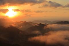 山間の朝陽