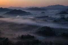春霧の山地