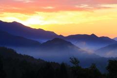 山間の朝霧