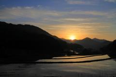 山間の日の出
