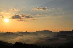 朝靄に煙る山地