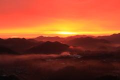 朝焼けに染まる山地