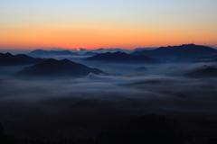 日の出を迎える山地