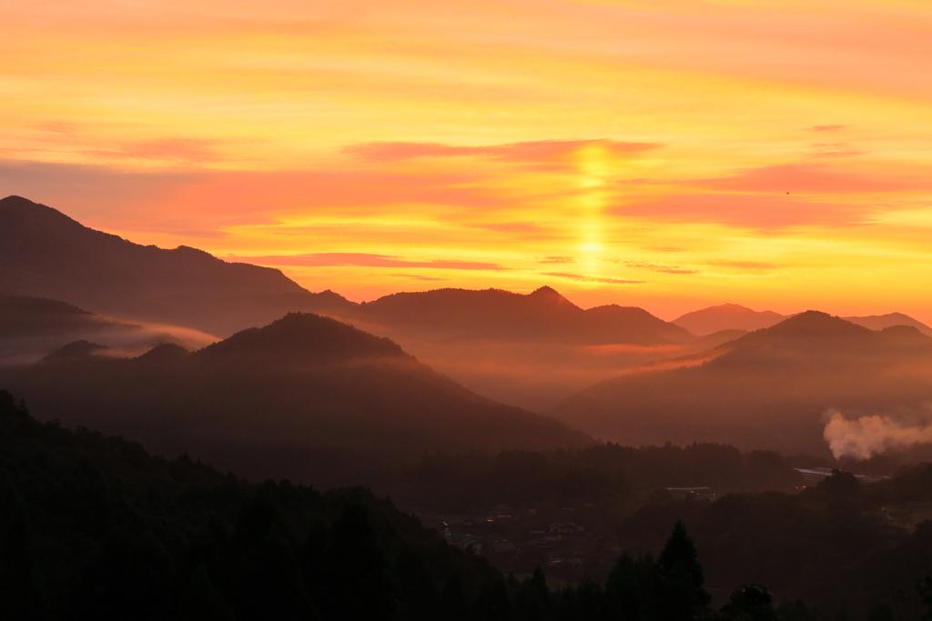 朝焼けに染まる山間
