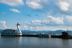 湖と遊覧船