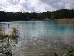 ブルーの湖面