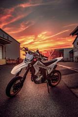 バイクと夕日