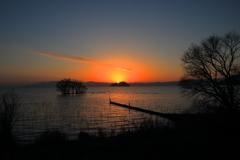神の島に日が沈む