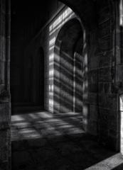 回廊を照らす冬の陽射し