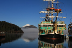 海賊船と富士山