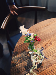 テーブルに花を