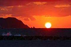 砕波に夕陽