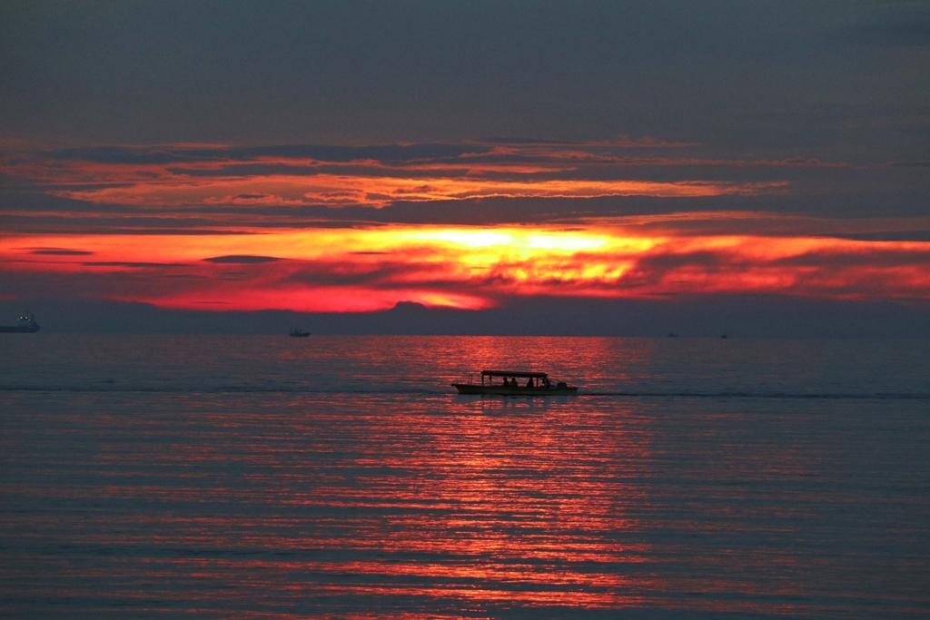 小舟と夕焼け