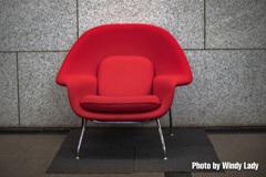 うす笑いする椅子