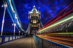 夜明けを待つタワーブリッジ