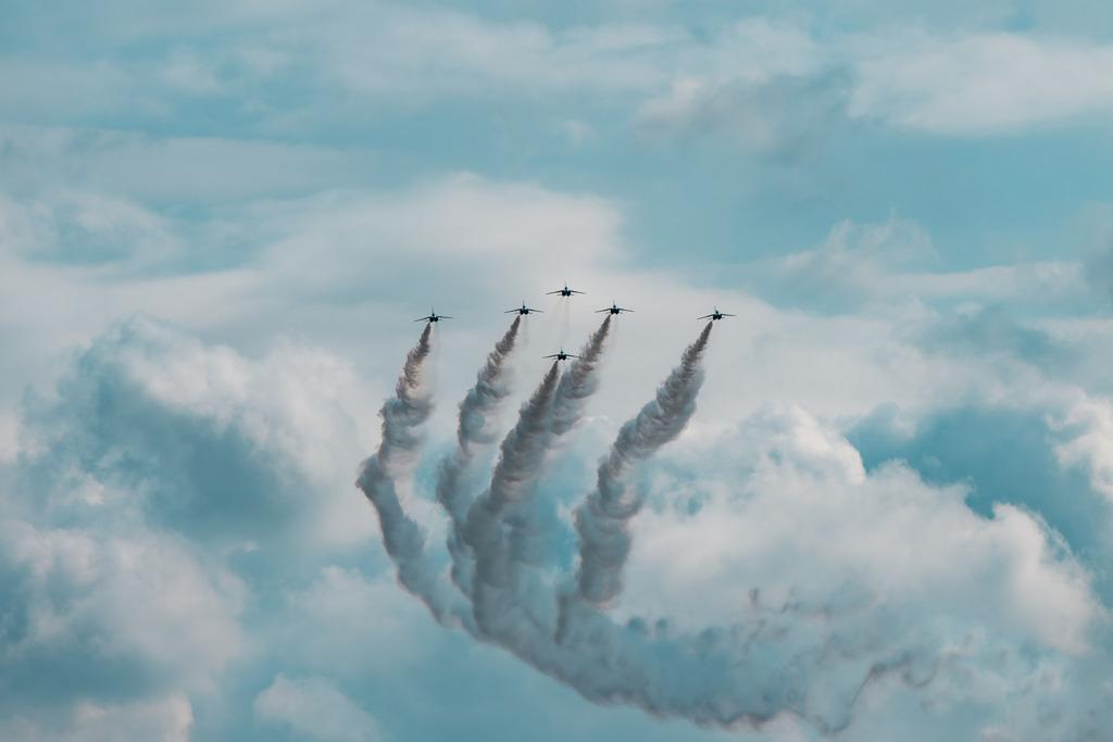 雲の中からブルーインパルス