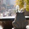 蛙から望む上野の街並み