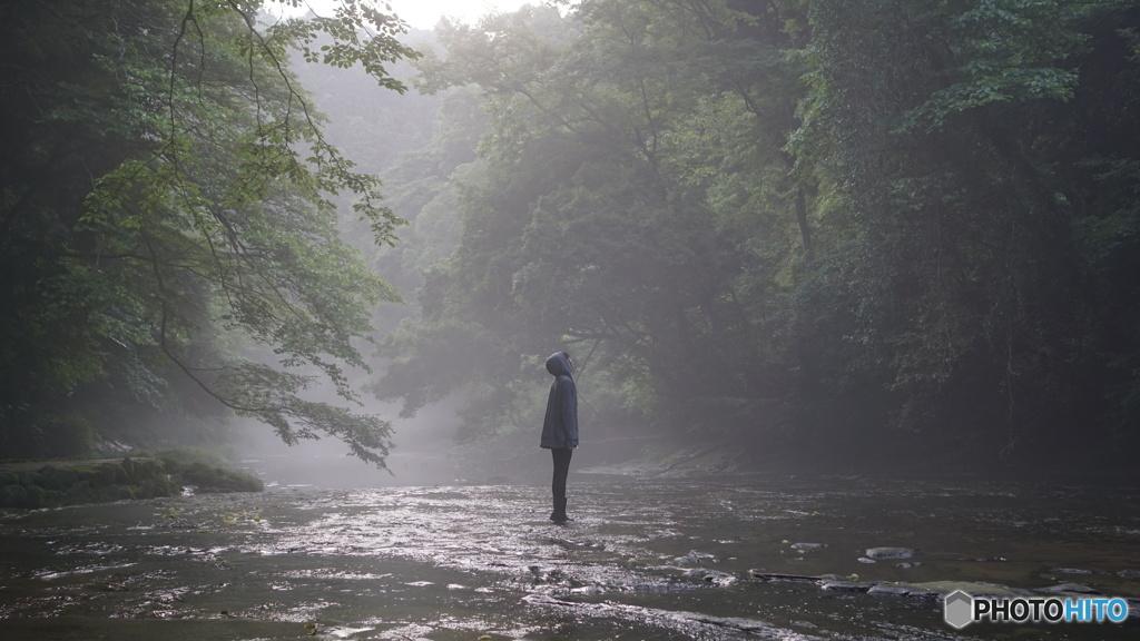 霧の川と少女