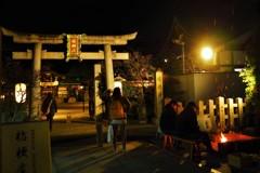 夜の晴明神社焚火と鳥居