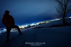 地元の夜景を見ながらカッコをつける中年オヤジのバックショット!