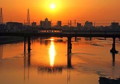 朝日に染まる大和川