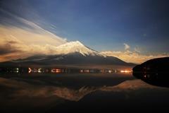 月光に映し出される富士山