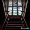 フランス風洋館の玄関口では、手すりが美しい赤絨毯の階段が出迎えてくれます ♡
