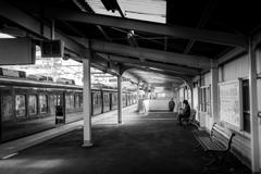 駅の静かなホーム