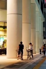 自転車に乗って語らう二人