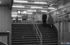 地下鉄の階段で佇む人 NY