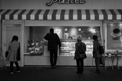 洋菓子店の前で