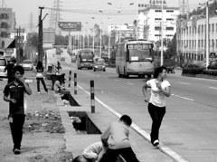 バスとかけっこ? バス停のないバス停にて 広東省