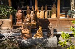木彫り像の日向ぼっこ