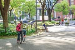 若者は自転車で散策