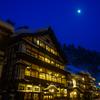 銀山温泉と月