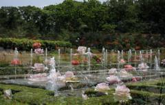 噴水とバラの花園
