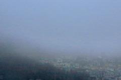 霧に覆われた街
