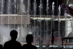 噴水を眺める二人
