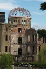 慰霊碑側からの原爆ドーム