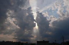 雲を割って