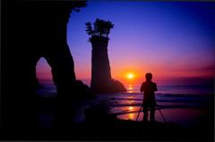 奇岩とカメラマンの夜明け