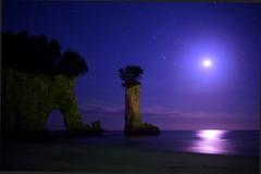 月夜の奇岩